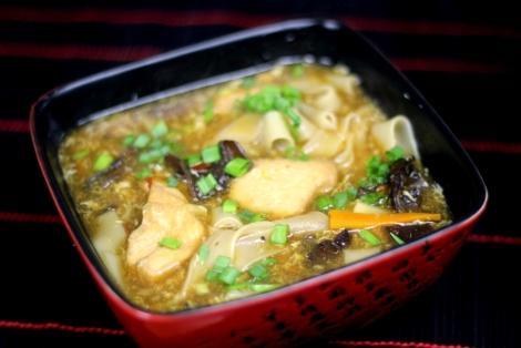 Zupa z Kurczakiem, Grzybami i Makaronem Ryżowym