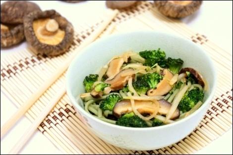 Zielony Makaron Soba z Grzybami Shiitake i Brokułami