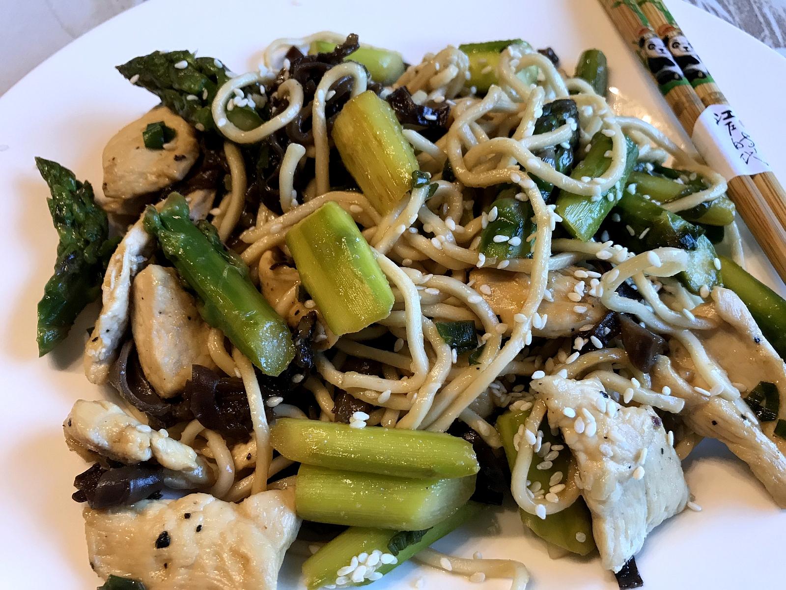 Makaron Chow Mein z Szparagami Kurczakiem Oraz Grzybami Mun