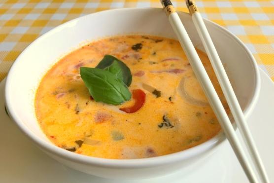 Zupa z Indykiem, Liśćmi Limonki Kaffiru w Mleku Kokosowym